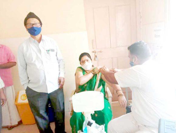 ಕೊಟ್ಟೂರು : ಕೋವಿಡ್ ಲಸಿಕೆ ಪಡೆದುಕೊಂಡ ಪ.ಪಂ. ಅಧ್ಯಕ್ಷೆ